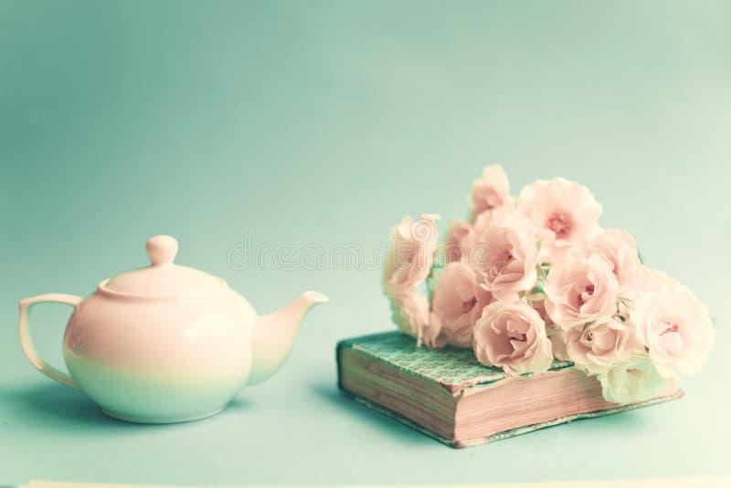Weiße Rosen über Buch und Teekanne lizenzfreie stockfotos
