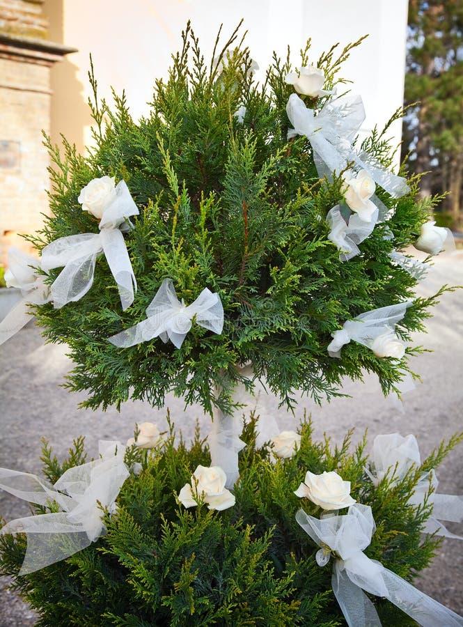 Weiße Rosen und Bögen für eine Hochzeit stockbilder