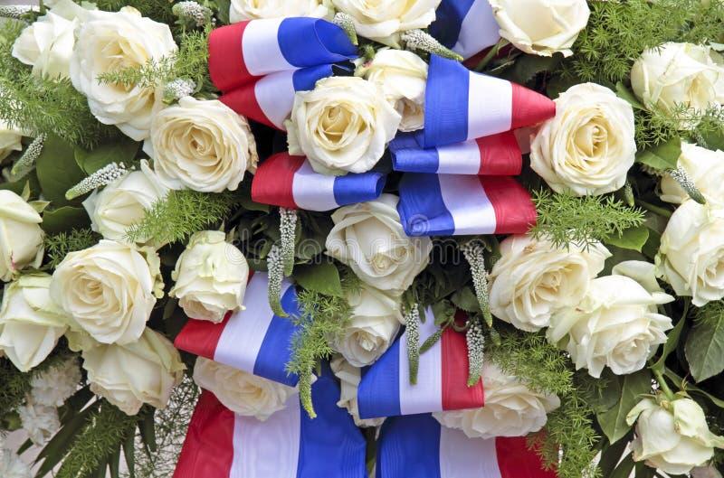 Weiße Rosen und die holländische Staatsflagge lizenzfreie stockbilder