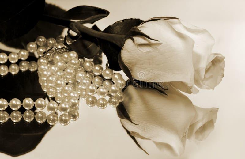 Weiße Rosen-und Perlen-Reflexion stockfoto