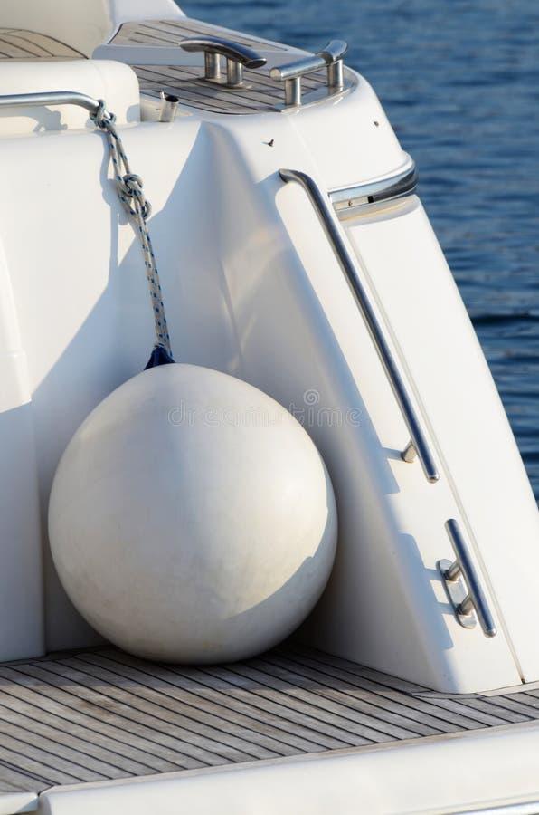 Weiße runde Bootsfender für Bewegungsyacht stockbild