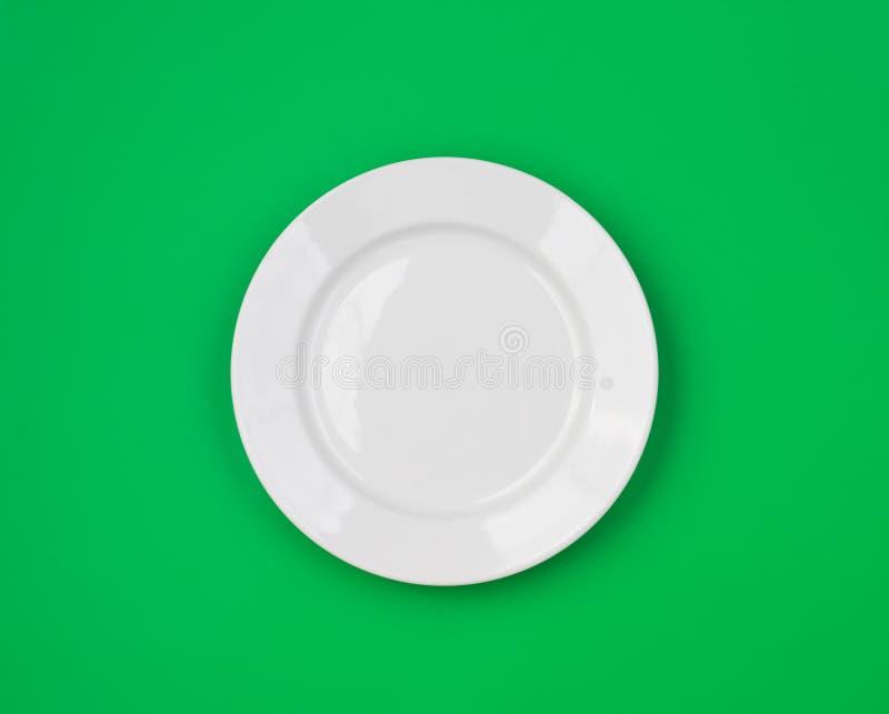 Weiße runde Platte auf Grün stockbilder