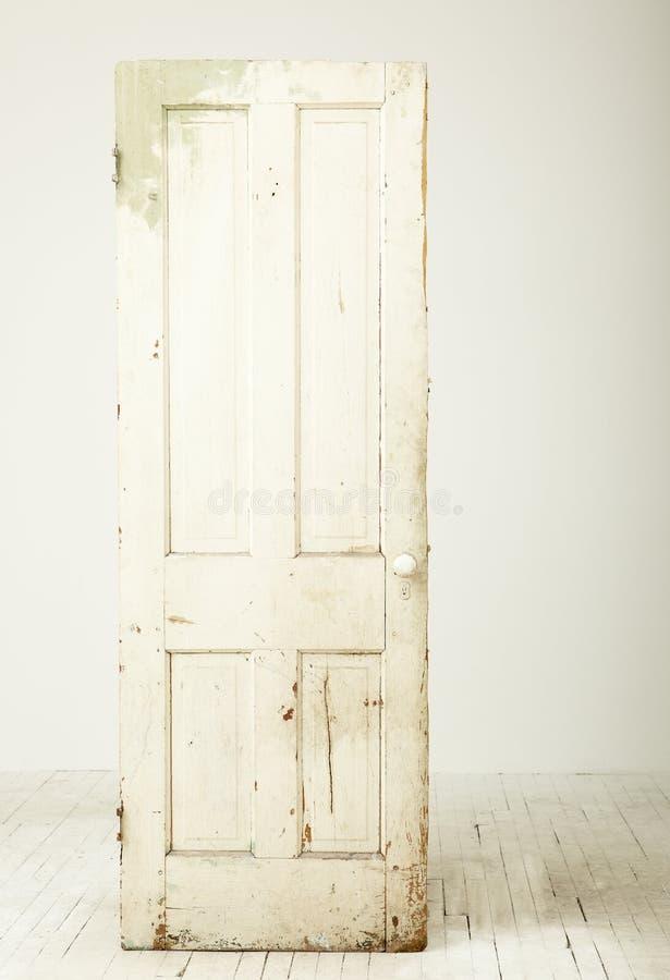 Weiße rustikale Tür stockfotos