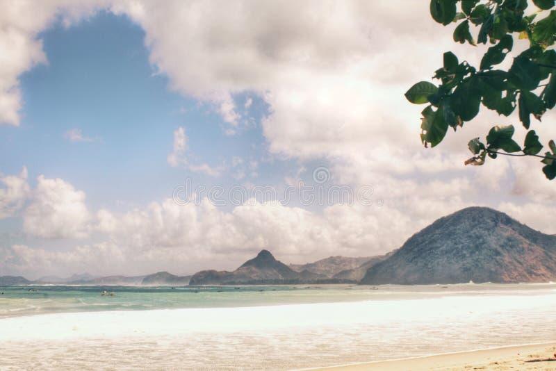 Weiße Sande und blauer Himmel lizenzfreies stockfoto