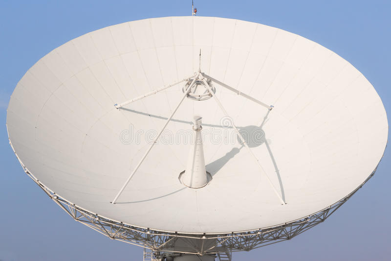 Weiße Satellitenradioübertragung in Thailand lizenzfreie stockfotografie