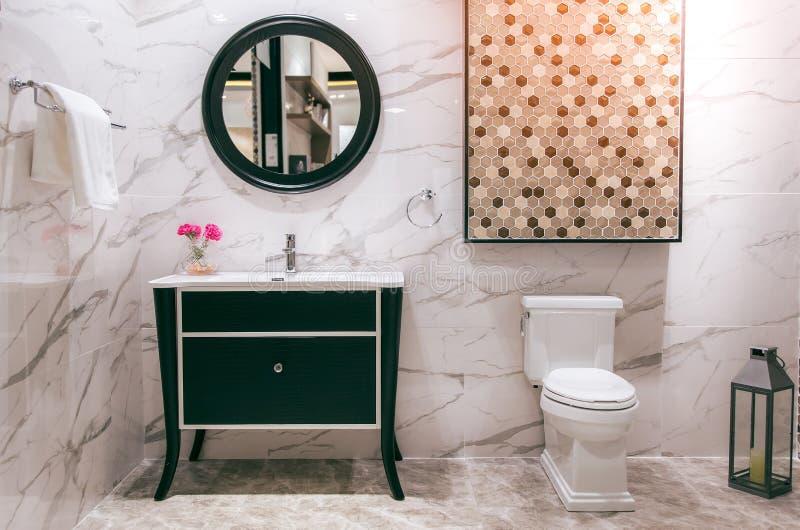 Weiße saubere Toilette innerhalb des Badezimmers stockfotos