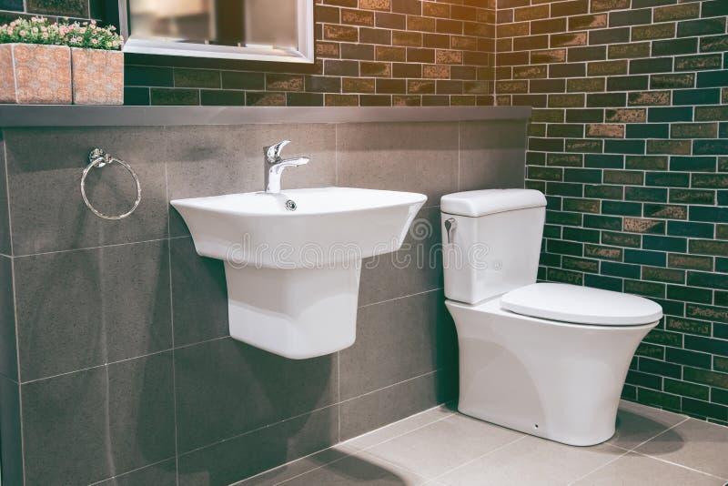Weiße saubere Toilette innerhalb des Badezimmers stockfoto