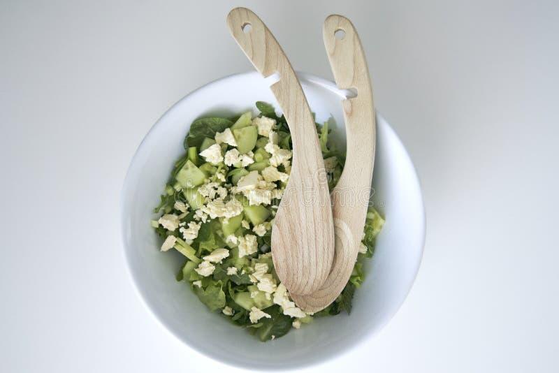 Weiße Schüssel frischer grüner Salat stockfotos