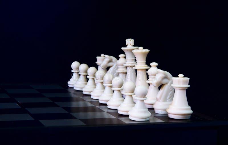 Weiße Schachzahlen an Bord Weißes Schachspiel damit Spielanfang lizenzfreie stockfotografie