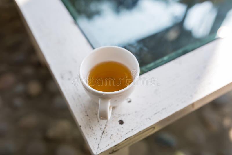 Weiße Schale gießen heißen grünen Tee stockfotos