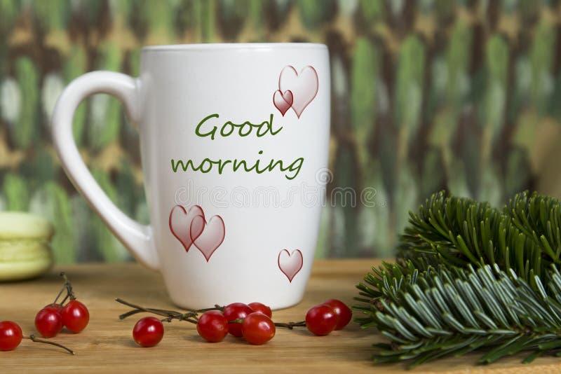 Weiße Schale mit einem Muster von Tannenzweigen, rote Beeren auf buntem unscharfem Hintergrund stockfotografie