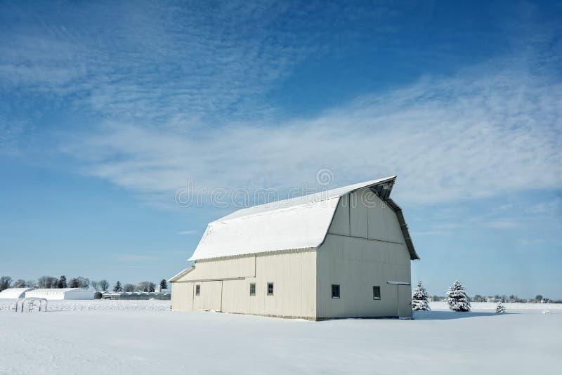 Weiße Scheune mit Schnee stockbilder