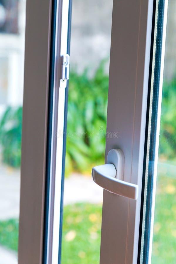 Weiße Schiebetür PVCs und doppeltes Glas stockfotos