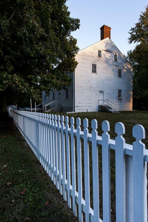 Weiße Schindel versah Gebäude - Shaker Village von Pleasant Hill - Mittel-Kentucky mit Seiten stockbild