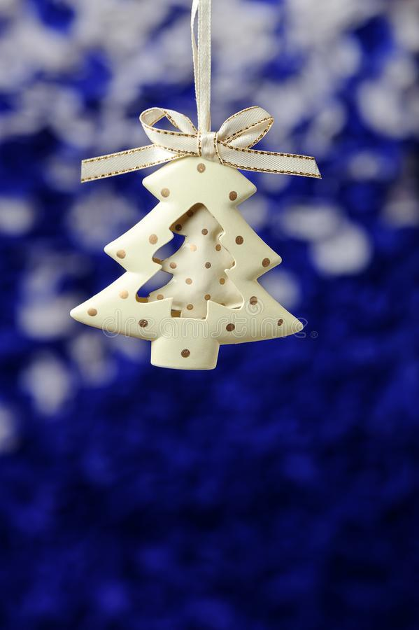 Weiße Schneeflocken auf einem blauen Hintergrund Grußkarte der frohen Weihnachten und des guten Rutsch ins Neue Jahr mit Kopierau stockbilder