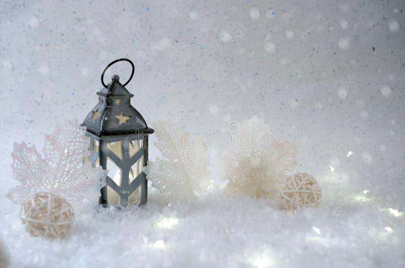 Weiße Schneeflocken auf einem blauen Hintergrund Schöner Kerzenständer in Form eines Hauses stockfotos