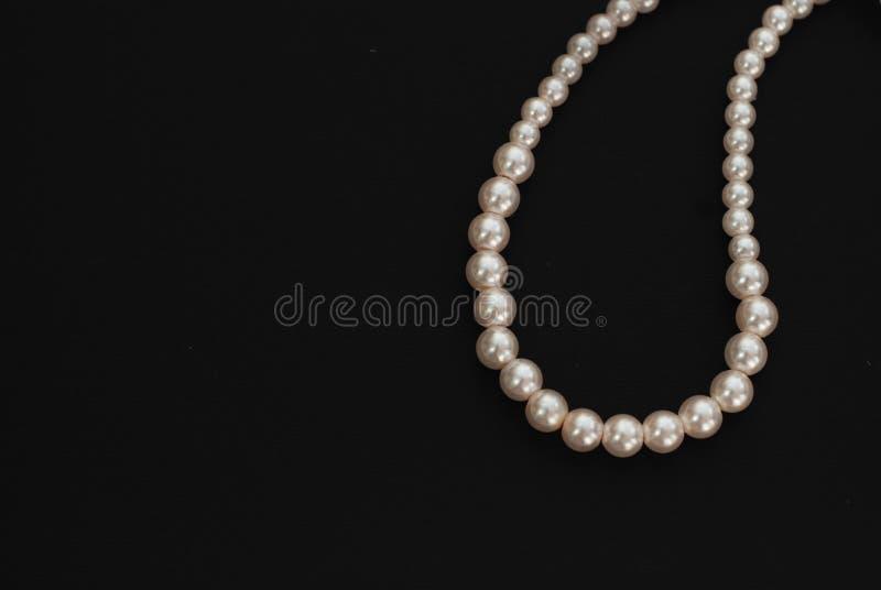 Weiße Schnur perlt die Halskette, lokalisiert auf schwarzem Kopienraum stockbilder