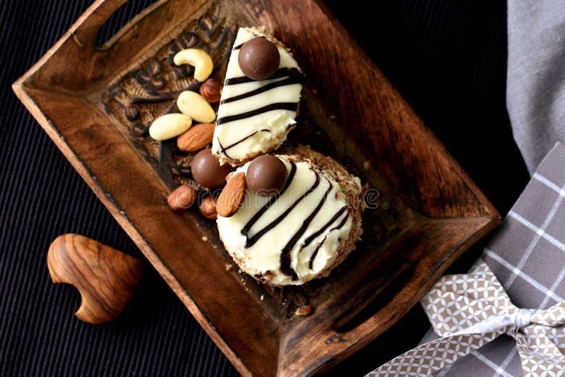 Weiße Schokolade und Nussketon-Nachtisch auf rustikalem Behälter lizenzfreie stockbilder