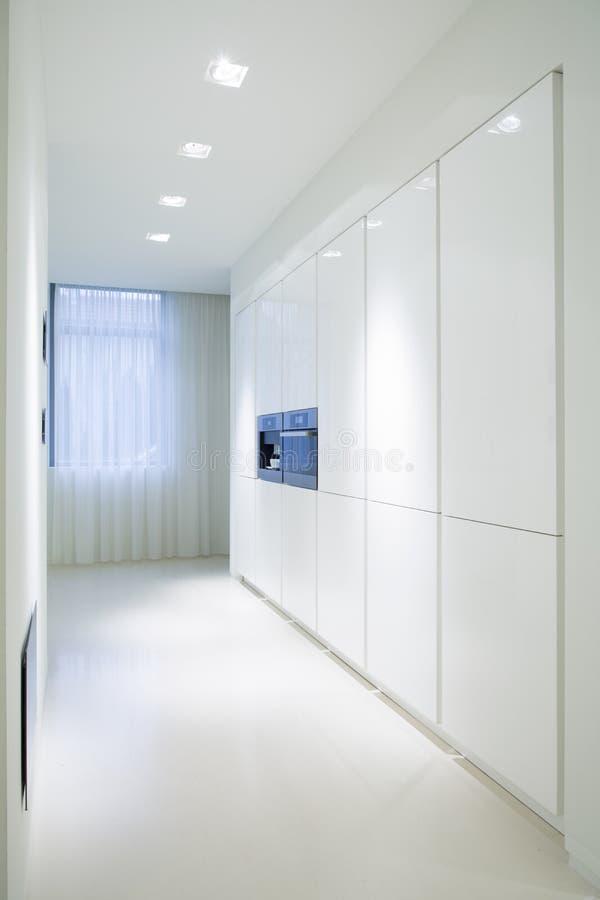 Weiße Schränke In Der Luxusküche Stockfoto - Bild: 56809080