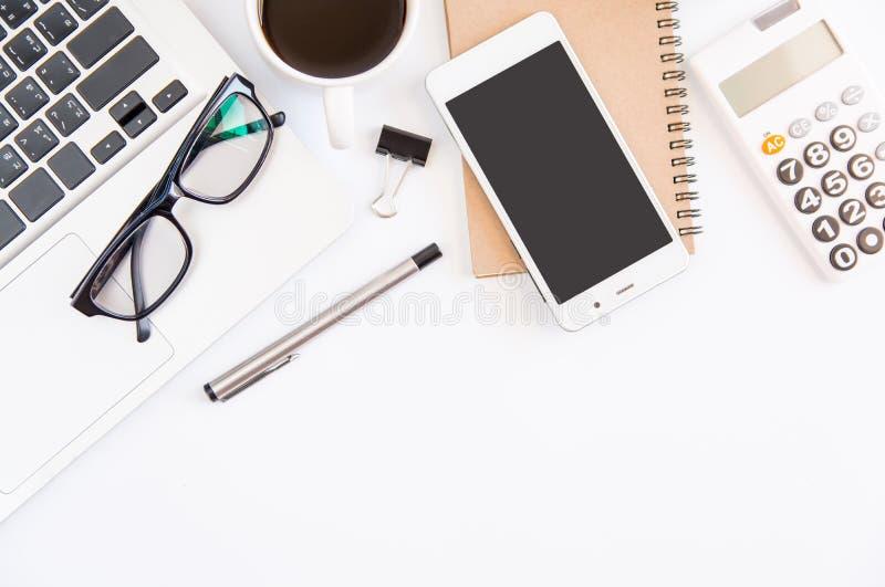 Weiße Schreibtischtabelle, Arbeitsplatzbüro mit Laptop, smartphon lizenzfreie stockbilder