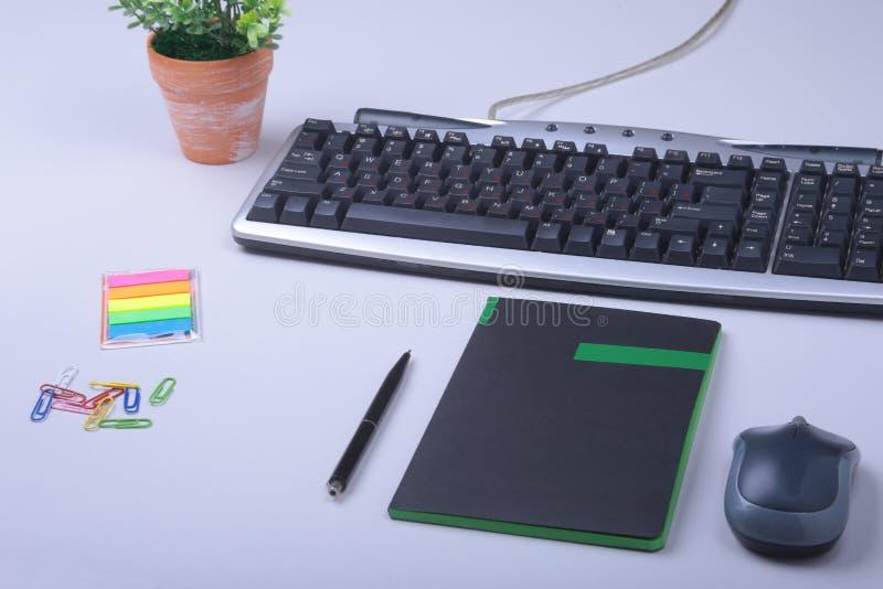 Weiße Schreibtischtabelle mit Laptop, Smartphone, Notizbuch, Plan und Gläsern Draufsicht mit Kopienraum, lizenzfreie stockfotos