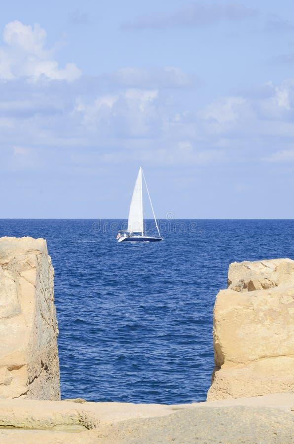 Weiße Segel versenden im blauen Meer stockbilder