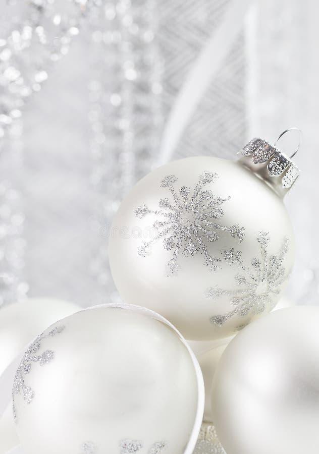 Weiße silberne Schneeflocken-Weihnachtsverzierungen lizenzfreie stockfotografie