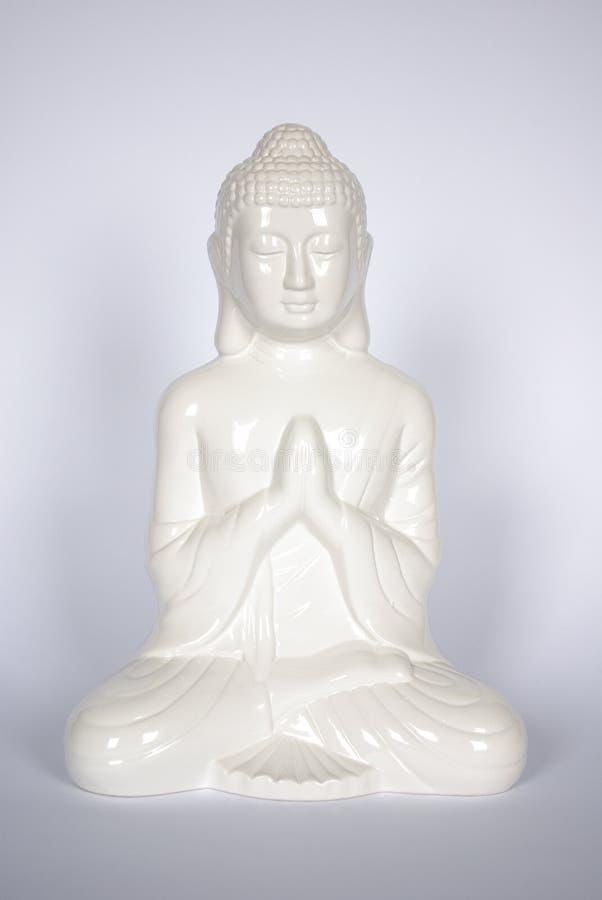 Weiße sitzende Buddha-Statue lokalisiert stockbilder