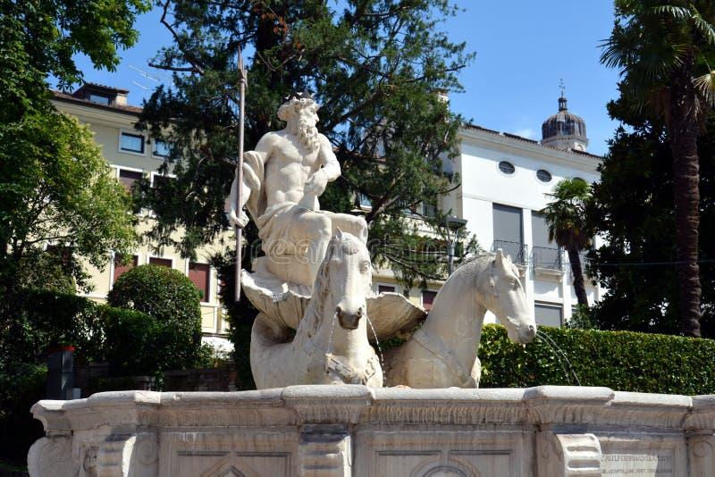 Weiße Skulptur und Bäume Nettuno-Brunnens, in Conegliano Venetien, Treviso, Italien lizenzfreie stockfotos