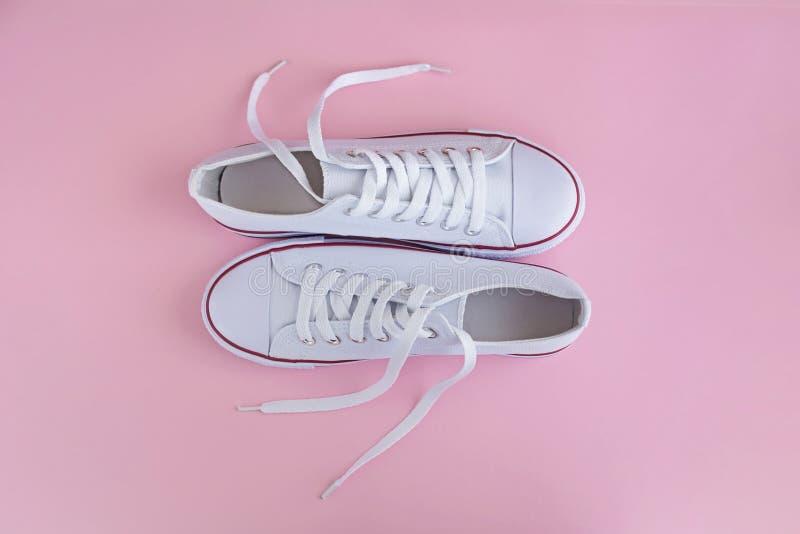 Weiße sneackers auf rosa Hintergrund stockbilder