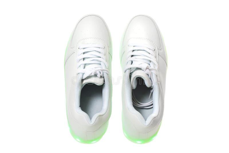 Weiße sneackers mit geführter heller Sohle stockbilder