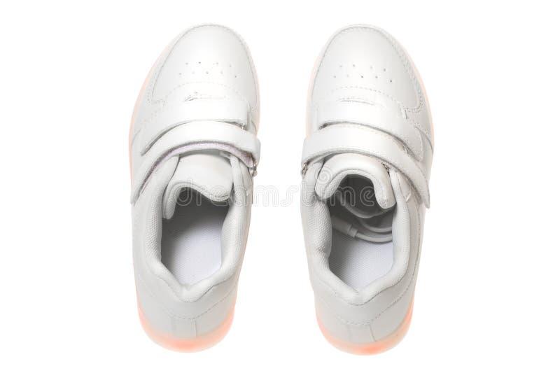 Weiße sneackers mit geführter heller Sohle stockbild