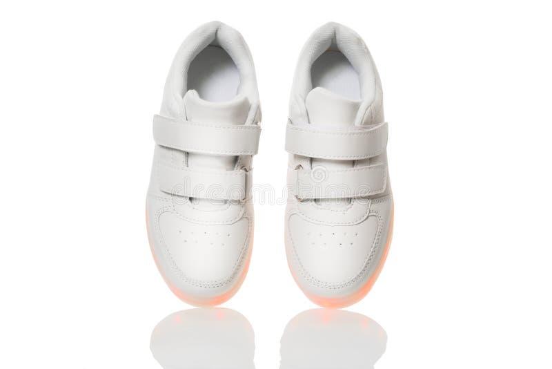 Weiße sneackers mit geführter heller Sohle lizenzfreie stockbilder