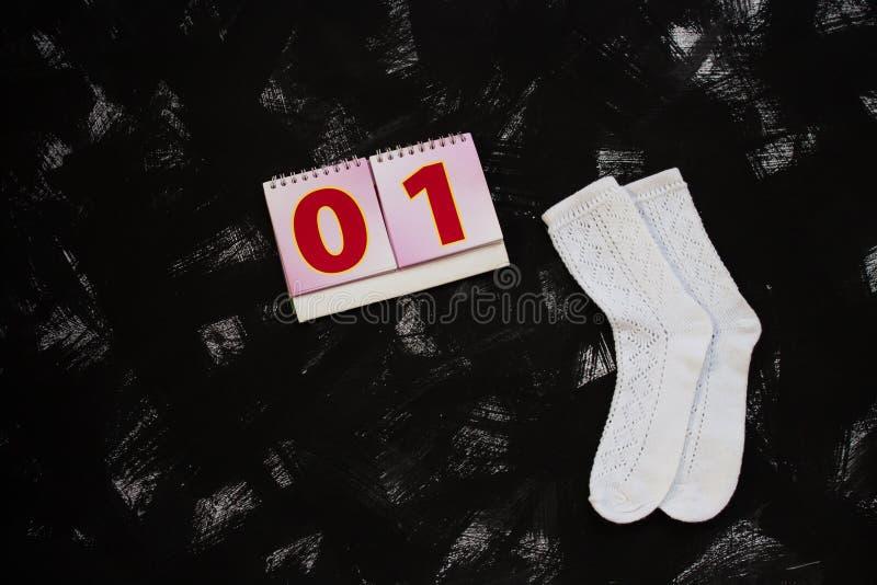 Weiße Socken und Schulbedarf auf schwarzem Hintergrund September erster Zur?ck zu Schule-Konzept stockfoto
