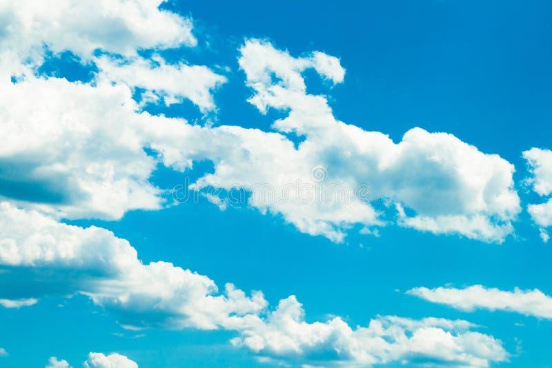 Weiße Sommerwolken stockbild