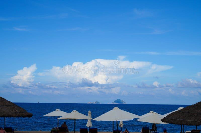 Weiße Sonnenschirme auf dem Strand von Nha Trang lizenzfreie stockfotografie