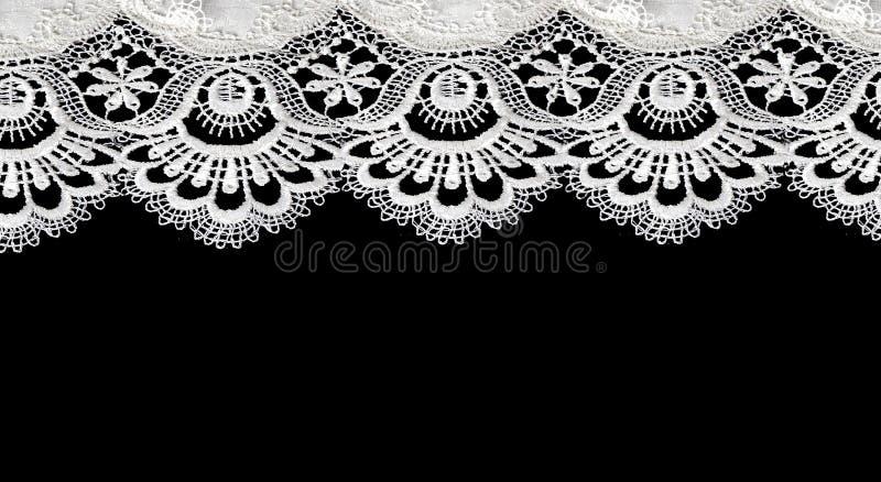 Weiße Spitze auf schwarzem Hintergrund stockfotografie