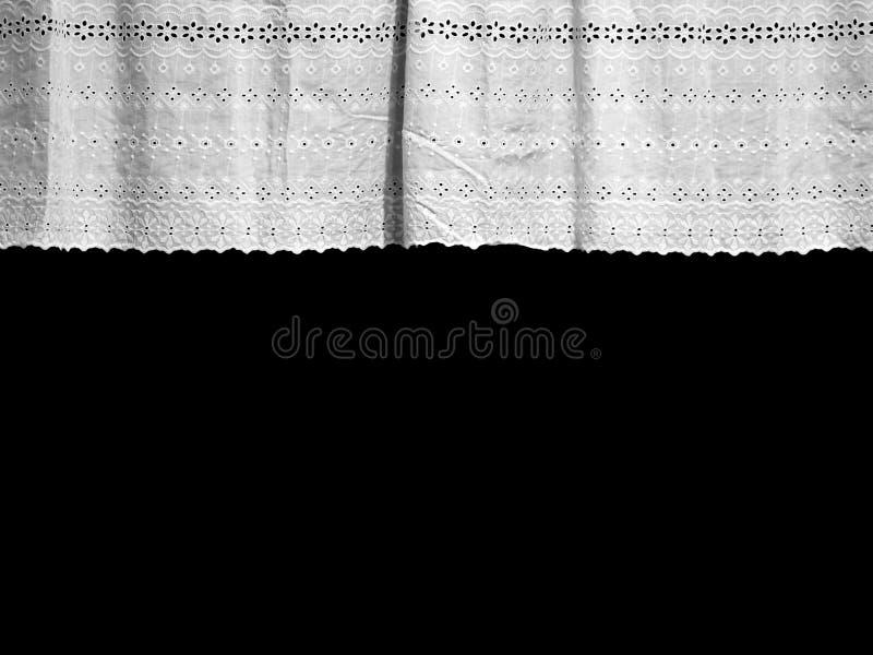 Weiße Spitzengardine mit kleinem Blumenmuster am Fenster lizenzfreie stockbilder