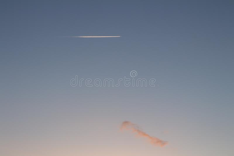 Weiße Spur, die eine Fläche im Himmel lässt stockfotos