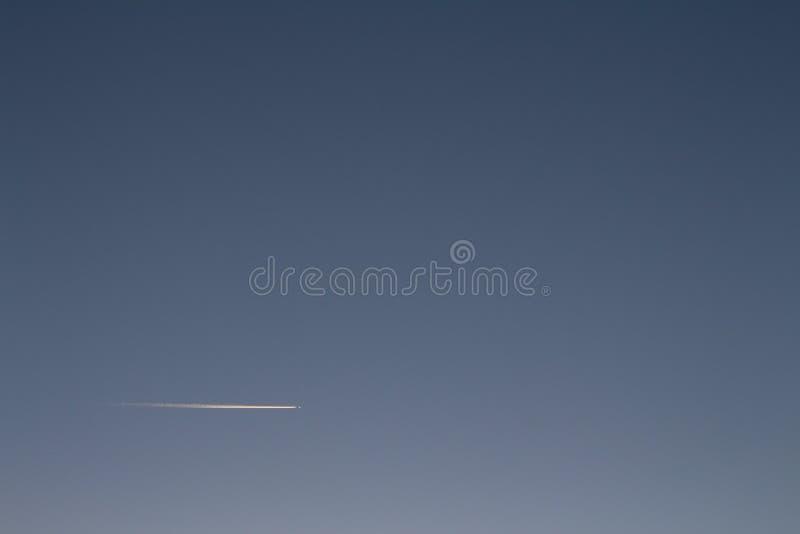 Weiße Spur, die eine Fläche im Himmel lässt stockfotografie