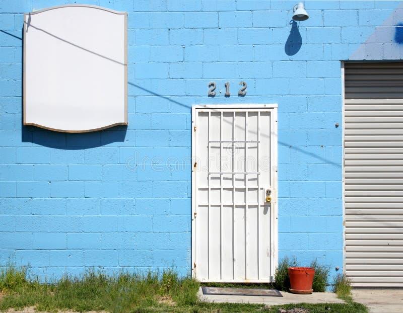 Weiße städtische Tür lizenzfreies stockfoto
