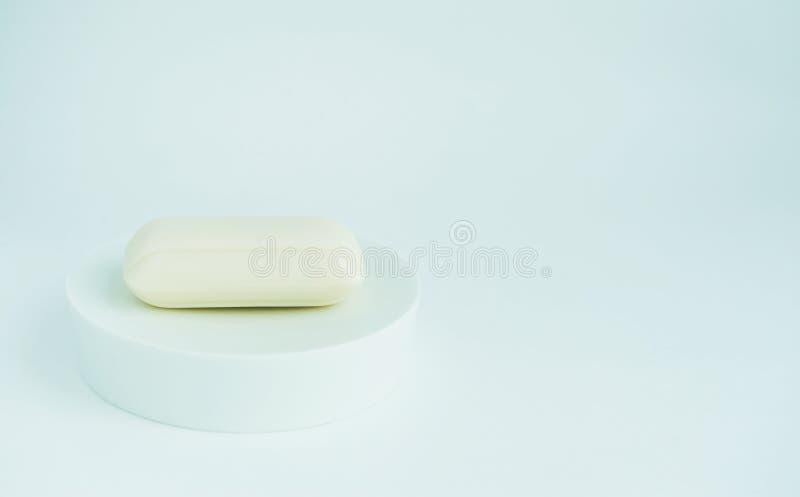 Weiße Stück Seife in einem Teller lizenzfreie stockfotografie