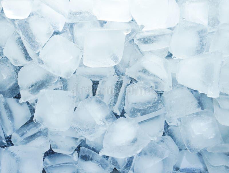 Weiße Stücke auf Blau Schmelzwasser erneuern kühles Konzept des Beschaffenheitsgetränks stockfoto