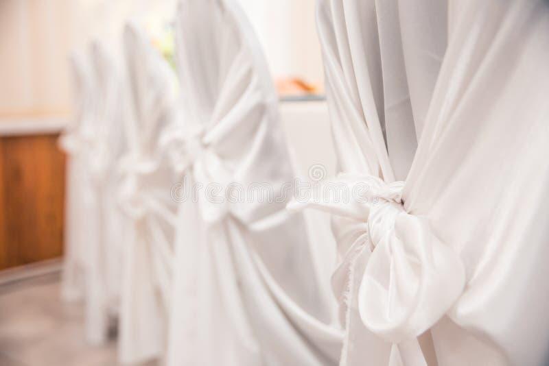 Weiße Stühle an der Hochzeit lizenzfreies stockbild