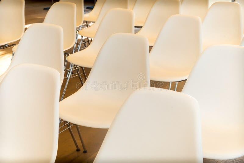 Weiße Stühle leeren sich am Konferenzsaal stockfoto