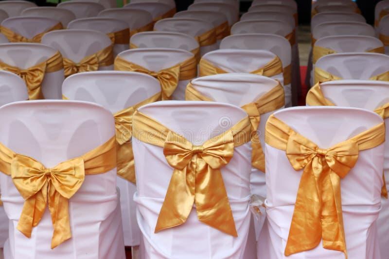 Weiße Stühle verziert für Sitzungen und Zeremonien stockbilder