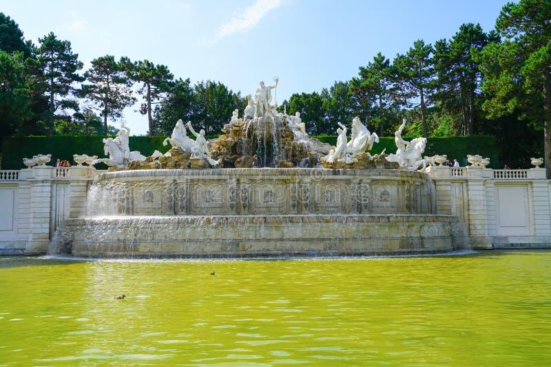 Weiße Statuen und Brunnen der großen Wasserfunktion im Boden von Sc stockfoto
