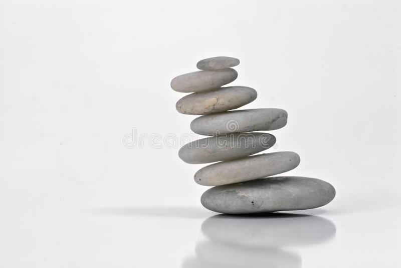 Weiße Steine im Schwerpunkt mit Natur stockfotos