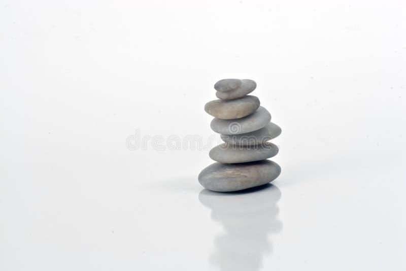 Weiße Steine im Schwerpunkt mit Natur lizenzfreie stockfotografie