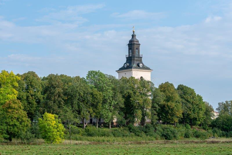 Weiße Steinkirche auf der schwedischen Landschaft lizenzfreie stockfotografie